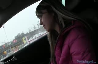 Блондинку вывезли за город и отодрали в машине