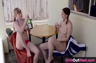 Две молодые подружки решили побаловаться лесбо ласками