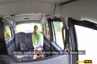 Таксист устроил оргию с пассажиркой в машине