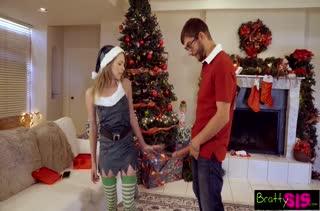 Жесткое новогоднее порно с милашкой Angel Smalls