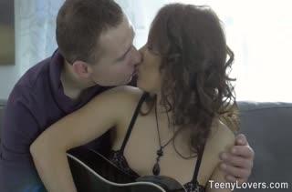 Урок на гитаре с красоткой закончился сочным сексом