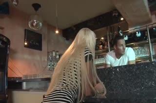 Julie Hunter разделась перед барменом и устроила с ним порно
