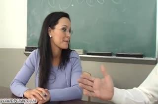 Училка флиртует со студентом и устраивает с ним порно