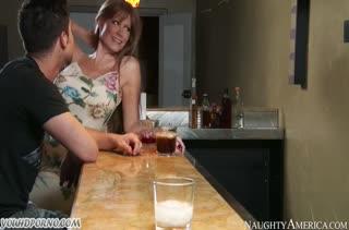 Рыжая сама заводит паренька и отдается его пенису
