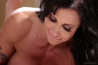 Зрелая мачеха раскрутила молодую на лесбийское порно