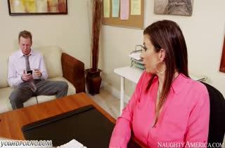 Sara Jay легко согласилась на порно с коллегой в офисе