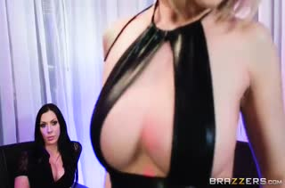 Две опытные лесбиянки устроили порно на страпоне