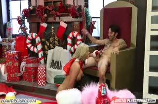 Жопастая блондинка устроила жесткое порно с Сантой